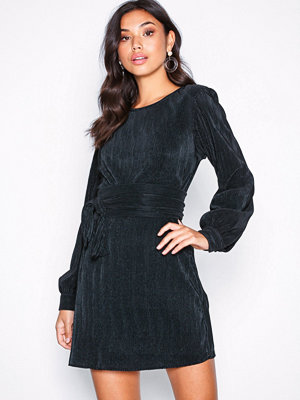 NLY Trend Belted Pleated Dress Svart
