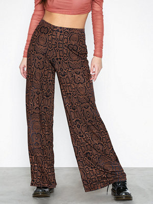 River Island mönstrade byxor Snake Flare Trousers Brown