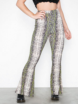 Missguided mönstrade byxor Snake Flare Trousers