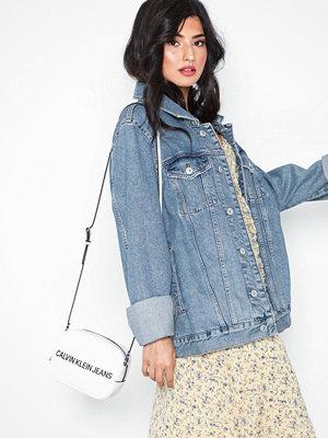 Calvin Klein vit axelväska med tryck Sculpted Logo Camera Bag Bright White