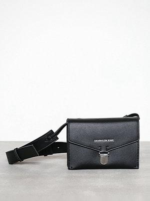 Calvin Klein svart axelväska Sculpted Envelope Sling
