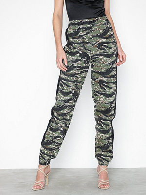 Missguided mönstrade byxor Camo Utility Joggers