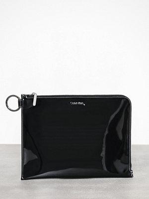 Calvin Klein svart kuvertväska Slide Pouch Tr