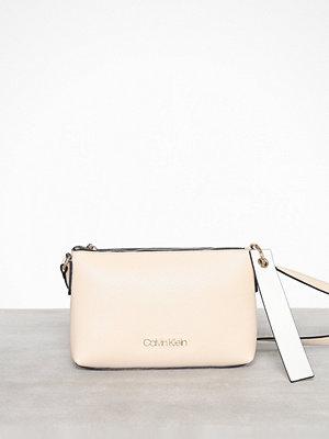 Calvin Klein axelväska Neat Ew Crossbody Light Sand