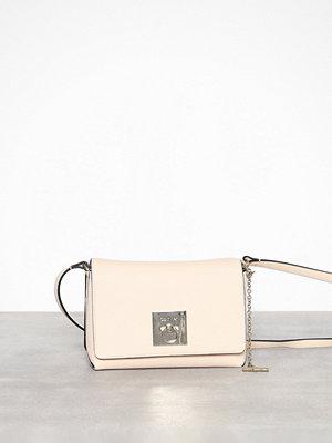 Calvin Klein axelväska Ck Lock Med Flap Crossbody Light Sand