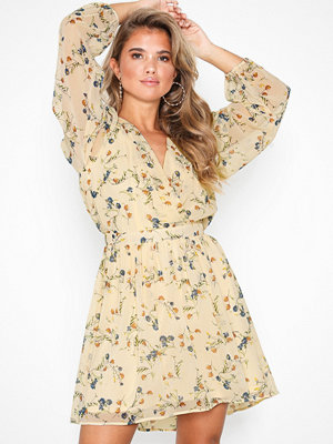 NLY Trend Pretty Wrapped Dress