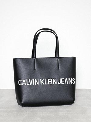 Handväskor - Calvin Klein Sculpted Logo E/W Tote