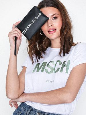 Calvin Klein svart kuvertväska med tryck Sculpted Logo Mini Wristlet