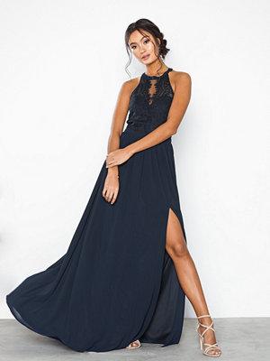 Festklänningar - NLY Eve Sportscut Lace Insert Gown
