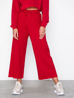 NLY Trend röda byxor Cut Off Joggers