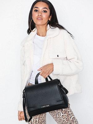 Calvin Klein svart axelväska Neat Top Handle