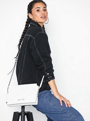 Calvin Klein vit axelväska Avant Ew Crossbody Bright White