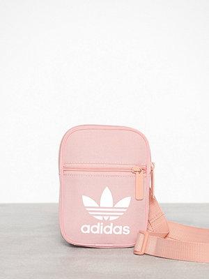 Adidas Originals persikofärgad axelväska med tryck Festvl B Trefoi