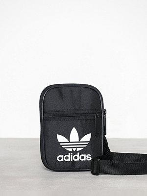 Adidas Originals svart axelväska med tryck Festvl B Trefoi
