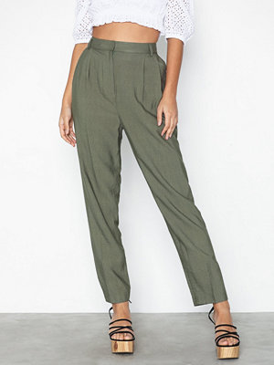NLY Trend omönstrade byxor Loose Front Pleat Pants