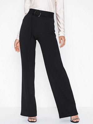 NLY Trend svarta byxor Belt Crepe Straight Pants