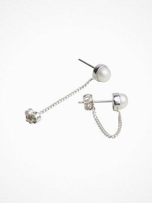 Cornelia Webb örhängen Refined Pearl Chain Earring