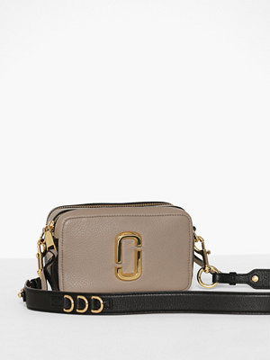 Marc Jacobs omönstrad axelväska The Softshot 21 Cement