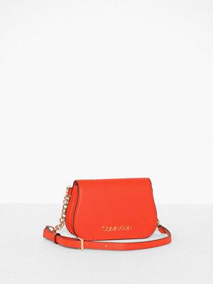 Calvin Klein röd axelväska Dressed Up Beltbag