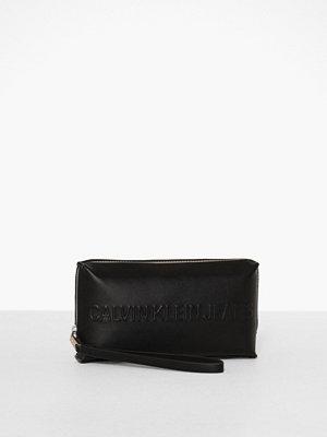 Calvin Klein Jeans svart kuvertväska Box Wristlet