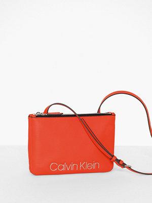 Calvin Klein röd axelväska Ck Must Crossover