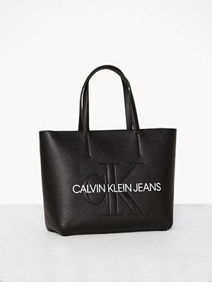Handväskor - Calvin Klein Jeans Sculpted Monogram E/W TOTE29