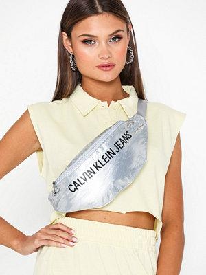 Calvin Klein Jeans ljusgrå axelväska med tryck Wet Tyvec Streetpack