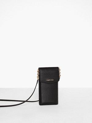 Calvin Klein svart axelväska Ck Must Phone Pouch