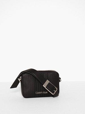 Calvin Klein svart axelväska Strapped Camerabag