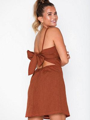 NLY Trend Detailed Back Dress Rostbrun