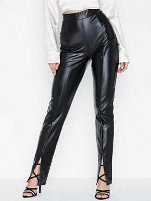 NLY Trend svarta byxor Front Slit PU Pants