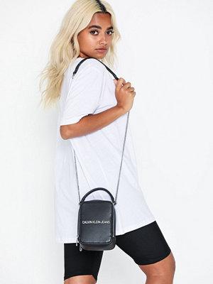 Calvin Klein Jeans svart axelväska Sculpted Ns Camera Bag