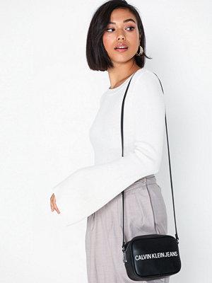 Calvin Klein Jeans Sculpted Camera Bag Svart axelväska med tryck