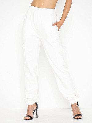 NLY Trend vita byxor Cozy Cargo Pants
