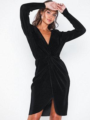 Festklänningar - NLY Eve Twisted Pleated Dress
