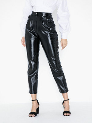 Topshop svarta byxor Cracked Vinyl Peg Trousers