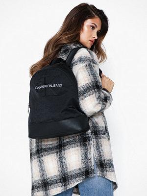 Calvin Klein Jeans svart ryggsäck Ckj Monogram Nylon Cp Bp 35