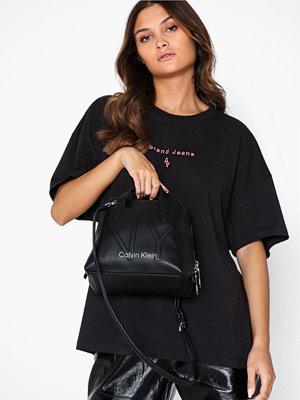 Handväskor - Calvin Klein Ny Shaped Sml Duffle