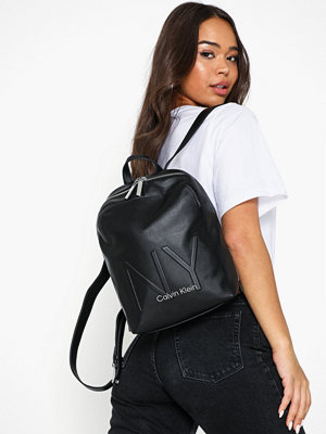 Calvin Klein svart ryggsäck Ny Shaped Backpack