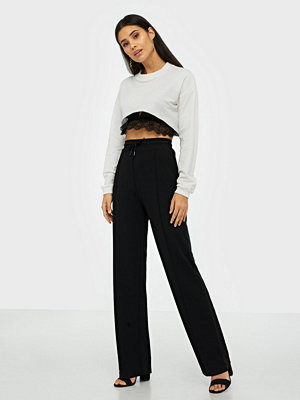NLY Trend svarta byxor Check It Solid Pants