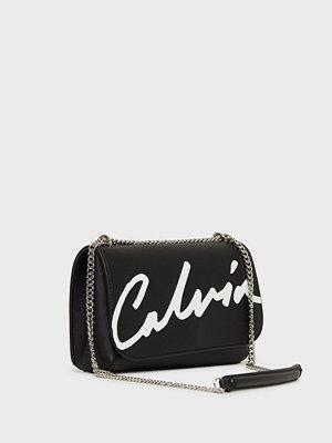 Calvin Klein Jeans svart axelväska med tryck Ckj Sculpted Flap Ew Xbody