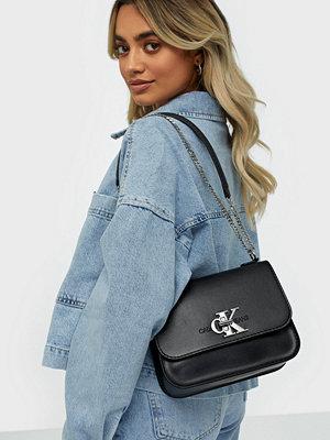 Calvin Klein Jeans svart axelväska Ckj Mono Hardware Medium Flap