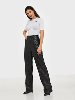 Nicki Studios svarta byxor Straight Ink PU Pants