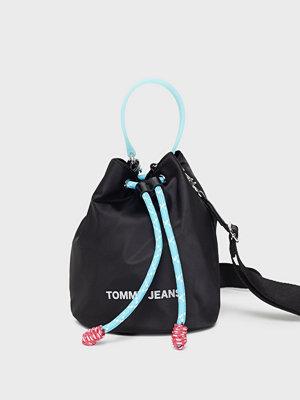 Tommy Jeans svart axelväska Tjw Nautical Mix Sm Bucket Nyl
