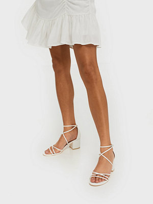 NLY Shoes Flirty Strap Low Block Vit