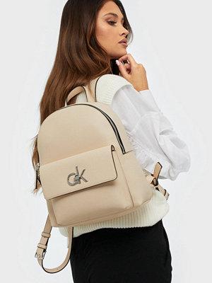 Calvin Klein omönstrad ryggsäck Re-Lock Backpack Sm