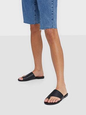Sandaler & sandaletter - NLY Shoes Toe Loop Flat Sandal