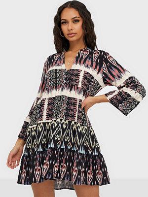 Jacqueline de Yong Jdytravis Life 7/8 Short Layer Dres