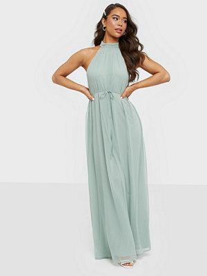 Festklänningar - NLY Eve Flowy High Neck Gown