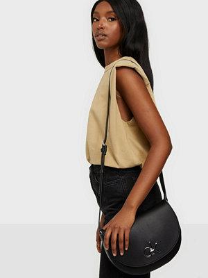 Calvin Klein svart axelväska Re-Lock Saddle Bag